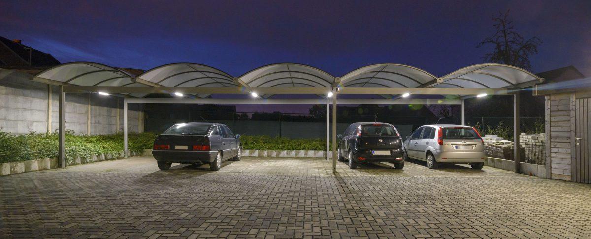 Overdekte parking met verlichting